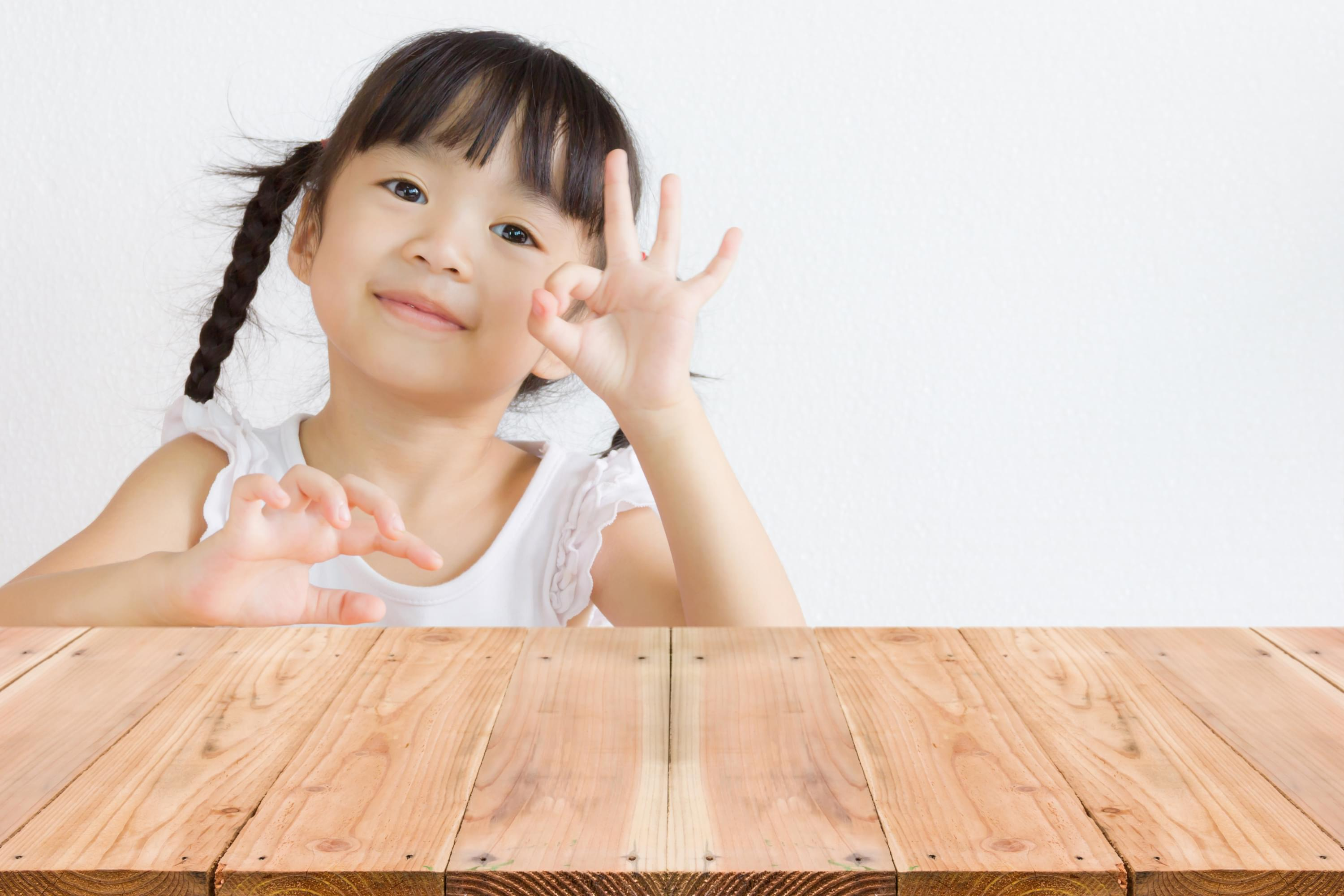Picture of a girl making the sign for the letter F